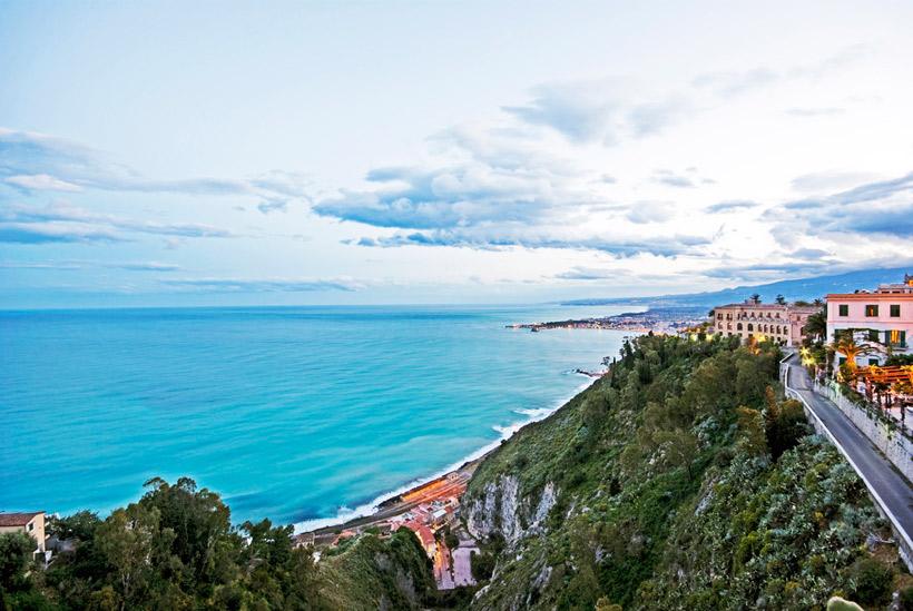 Veduta di giardini naxos cosa vedere in sicilia
